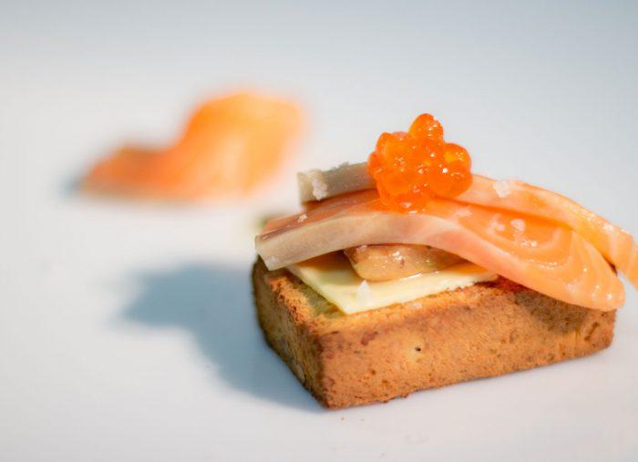 Pane alle noci, burro salato, salmone Loch fine e le sue uova